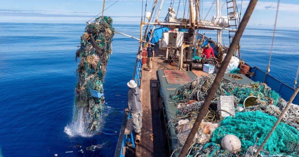 Мужчина продержался 14 часов в Тихом океане, цепляясь за морской мусор