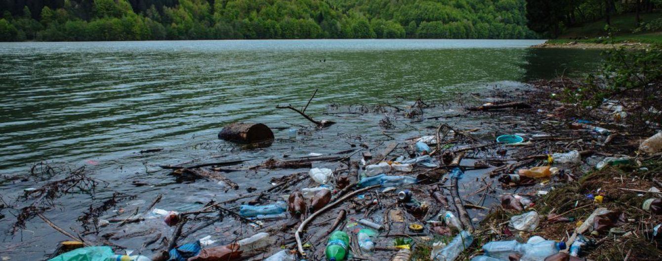 В Угорщині Зеленського закликали розібратися з купою закарпатського сміття на Тисі