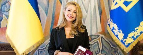 Тіна Кароль у стриманому чорному вбранні похизувалася нагородою від Зеленського