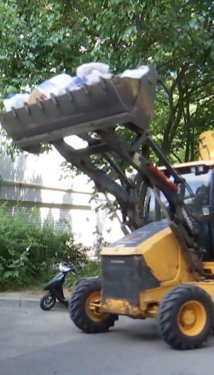 """""""Сміттєва королева"""": у Дніпрі задіяли техніку та комунальників, аби очистити квартиру 10-поверхівки"""