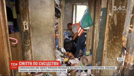 """Коммунальщики против """"королевы мусора"""": в Днепре пытаются расчистить заваленную хламом квартиру"""