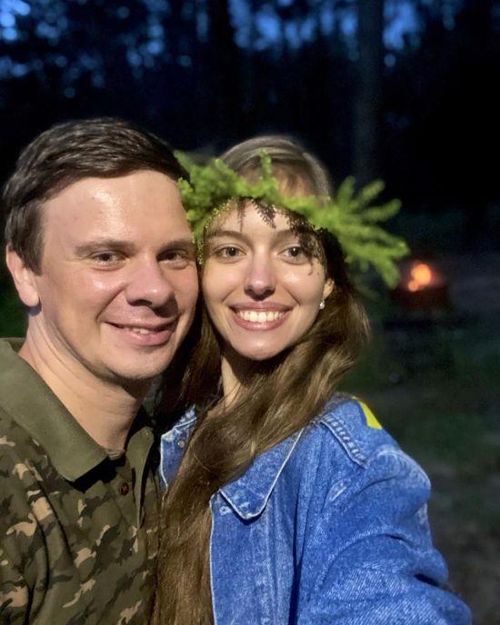 Дмитро Комаров показав свою дачу та молоду дружину у вінку