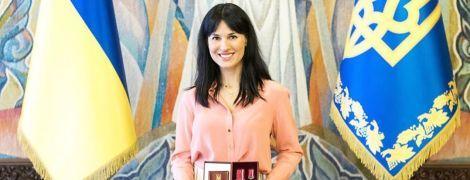 В белых брюках и леопардовых туфлях: Маша Ефросинина получила награду от Зеленского