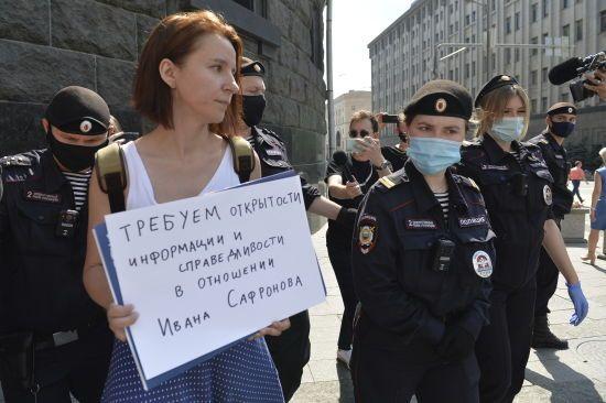 У Росії масово затримують журналістів, які влаштували пікети на підтримку заарештованого Івана Сафронова