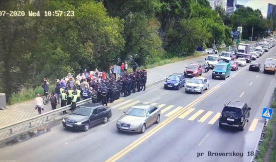 У Києві на міст Метро підігнали автобус правоохоронців для розгону мітингувальників