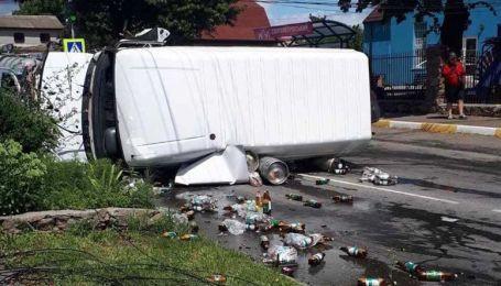 В пригороде Киева произошло ДТП с опрокидыванием микроавтобуса, который вез пиво