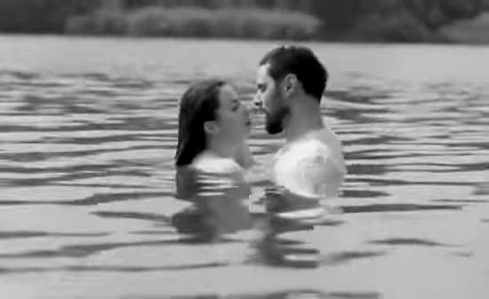 Мокрий Віталій Козловський з дівчиною влаштував пестощі у річці