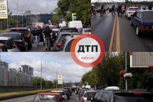 У Києві через акцію протесту перекрили Броварський проспект