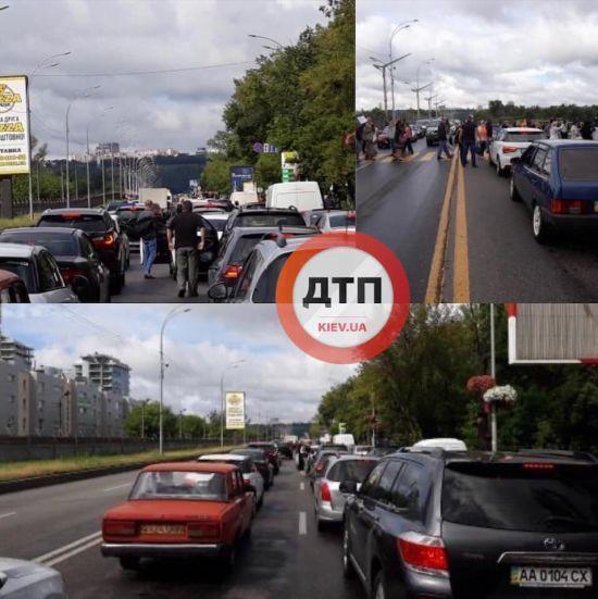 У Києві через акцію протесту перекрили Броварськии