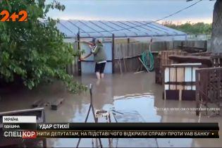 Затоплені дороги, зірвані дахи та дві поранених людини - наслідки негоди у Одеській області