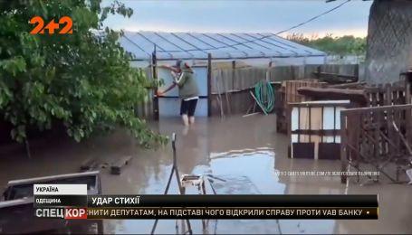Затопленные дороги, сорванные крыши и два раненых человека - последствия непогоды в Одесской области