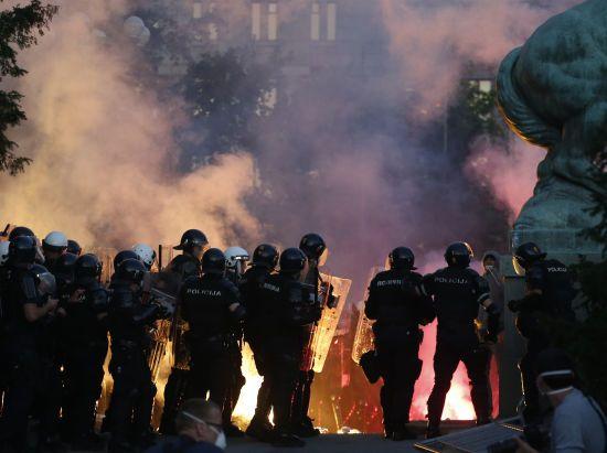 Сльозогінний газ, каміння і вибухові пакети: у Сербії не вщухають протести через посилення карантину