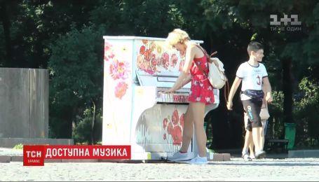 У Харкові просто неба встановили зо 3 десятки піаніно