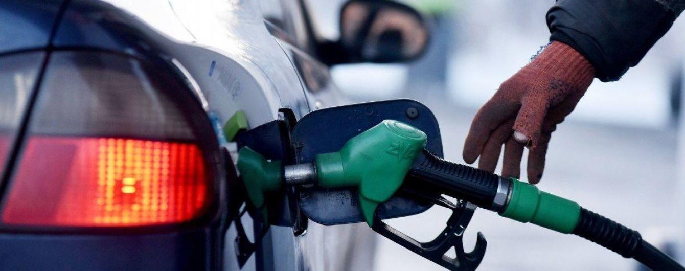 Украинские АЗС изменили цены на топливо: за сколько им сейчас можно заправиться