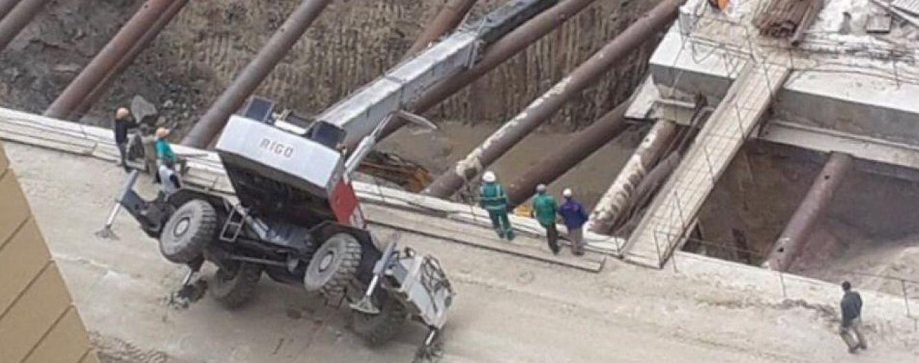 У Києві на будівництві метро на Виноградар перекинувся автокран