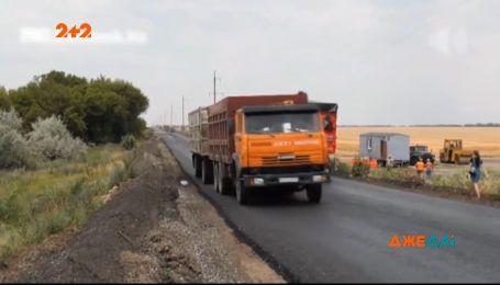 Зерновозы разрушили дорогу возле Бердянска на второй день после ее ремонта