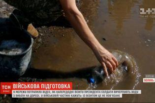 В Сеть попали кадры, где военные из Луцка якобы убирались на дороге перед визитом Зеленского