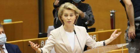 У пудровому жакеті і з лаконічними сережками: діловий аутфіт президентки Єврокомісії