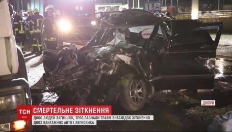 Ужасная авария: в Днепре столкнулись 2 грузовых авто и легковушка