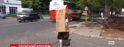 Людина у футлярі: на Кубі пенсіонерка знайшла незвичний спосіб захиститися від коронавірусу