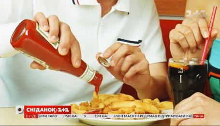Смачний та підступний: як наливати кетчуп зі скляної пляшки, аби не переборщити