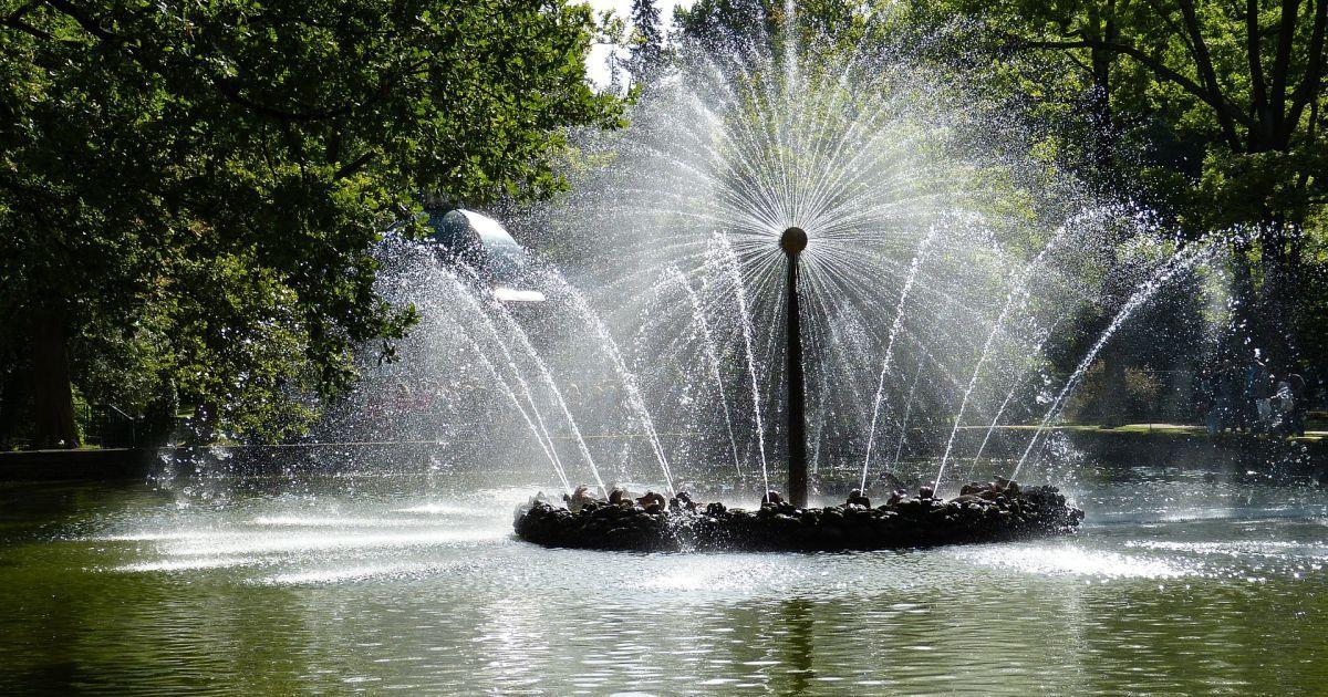 У Кременчуці жінка голяка залізла купатися у фонтані