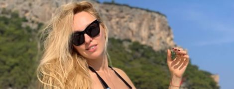 Зірка на яхті: Оля Полякова у чорному купальнику похизувалася довгими ногами
