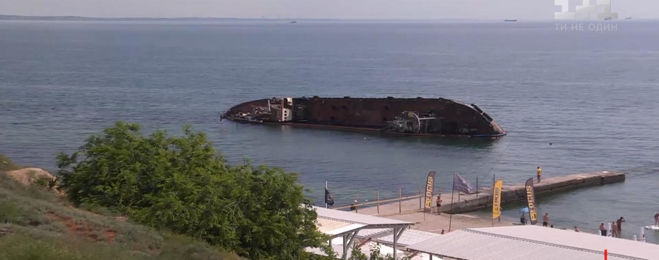 """Затонулий в Одесі танкер """"Делфі"""": Криклій назвав дату завершення робіт з підняття"""