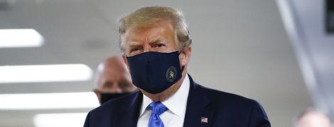 Трамп появился на публике в защитной маске - впервые с начала пандемии коронавируса