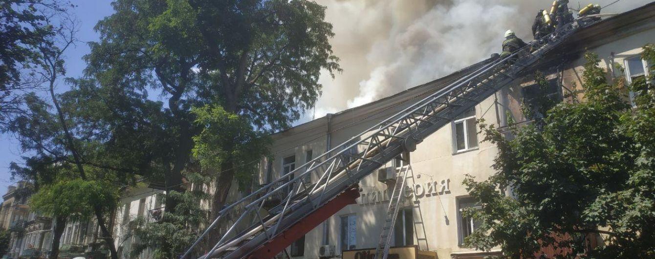 В центрі Одеси загорілася квартира в житловому будинку