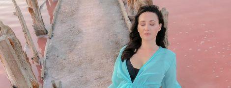У бірюзовій туніці і купальнику: Соломія Вітвіцька позувала на тлі Рожевого озера