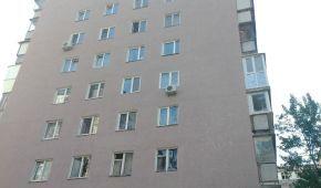 """Вибиті вікна, розбиті автівки: які наслідки """"фонтану"""" біля 9-поверхівки у Києві"""