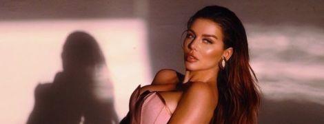 Ненафарбована Анна Сєдокова у купальнику сексапільно позувала на пляжі Маямі