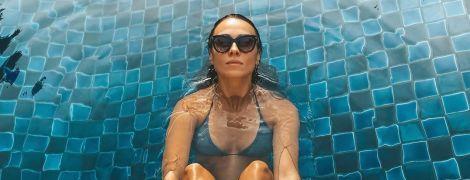 Дерзкая DJ NANA в костюме и на каблуках скинула несколько тысяч долларов в воду