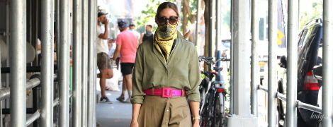 Зробила яскравий акцент: Олівія Палермо прогулялася містом в незвичайному аутфіті