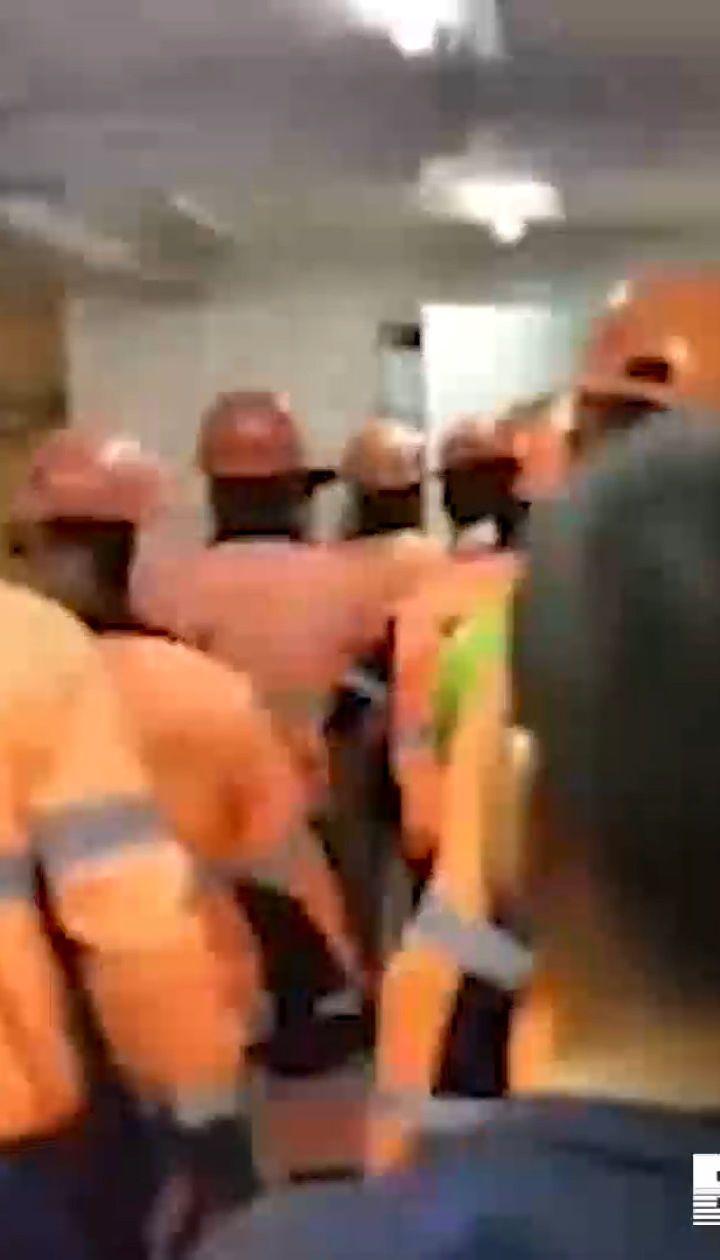 """В России рабочие из-за задержки зарплаты устроили погром в офисе компании, которая строит завод """"Газпрома"""""""