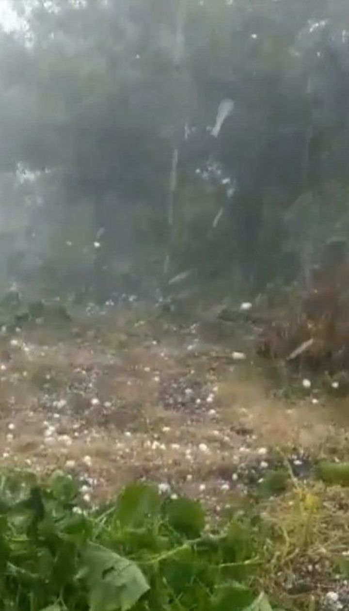 Негода в Україні: величезний град та смерть рибака від удару блискавки
