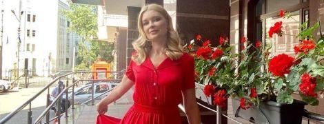 В красном платье и с красивыми локонами: Лидия Таран в романтическом образе позировала возле офиса