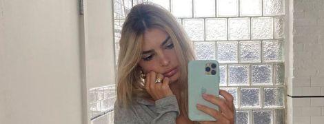 Сверкнула обнаженной грудью: Эмили Ратажковски сделала селфи в ванной комнате