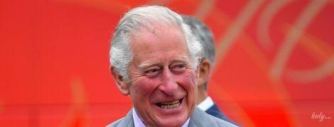 В забавном галстуке с принтом зебр: переболевший коронавирусом принц Чарльз появился на публике