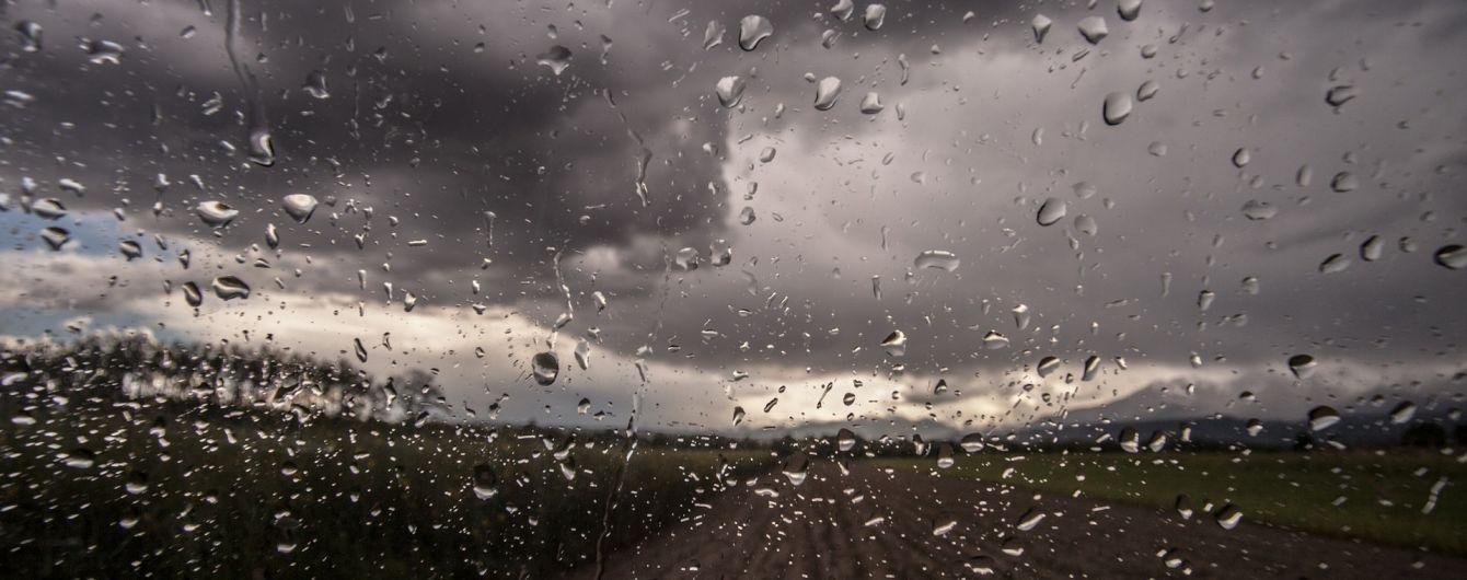 Грозы, шквальный ветер и до 34 градусов жары: погода в Украине