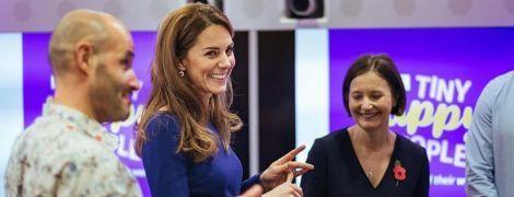 В синем платье и лодочках: герцогиня Кембриджская подчеркнула талию красивым аутфитом