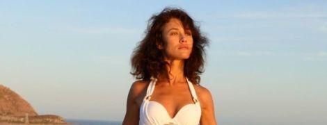 Ольга Куриленко у купальнику показала, як приборкала дошку для серфінгу