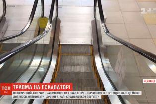 В торговом центре Черновцов ребенок травмировал руку на эскалаторе