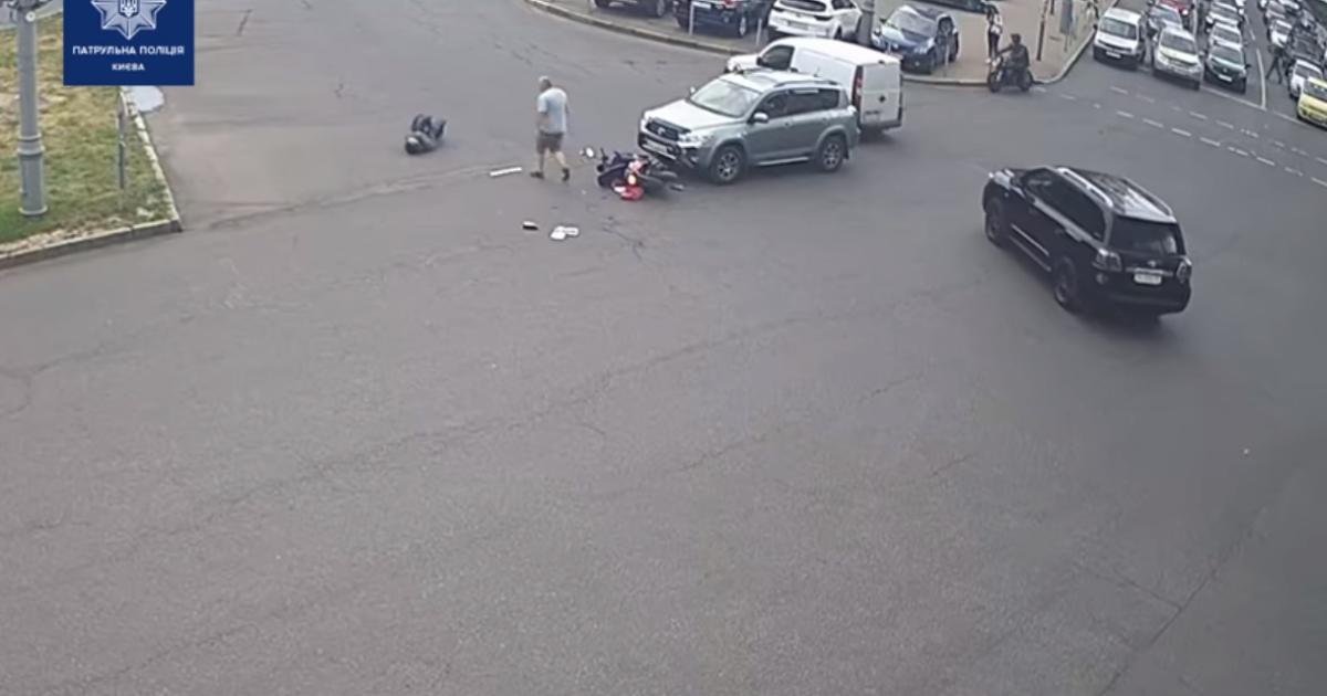 В Киеве на бульваре Леси Украинки водитель Toyota сбил мотоциклиста – тот пролетел несколько метров