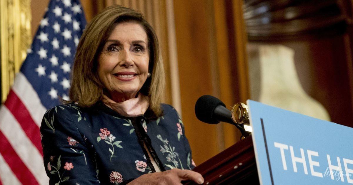 В цветочном жакете и розовых брюках: эффектный лук спикера палаты представителей США