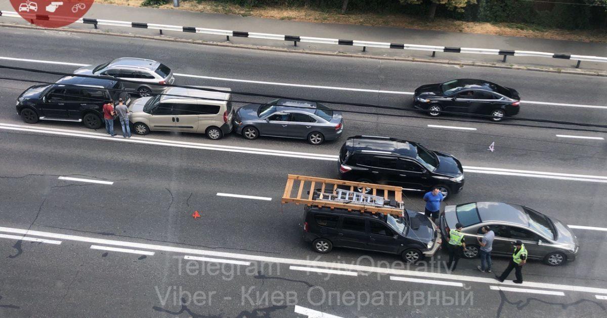 Сразу пять автомобилей столкнулись на проспекте Валерия Лобановского в Киеве