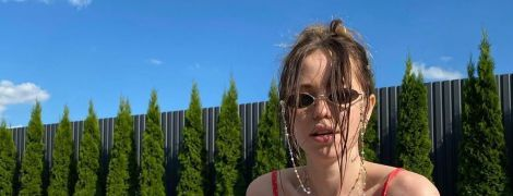 Надя Дорофеева в купальнике в горошек томно позировала в бассейне