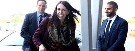 В любимом гепардовом платье и с голубой сумкой: премьер-министр Новой Зеландии в рабочей поездке