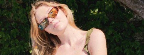 Насолоджуєтся відпочинком: донька Віри Брежнєвої у блискучому бікіні позувала на камеру